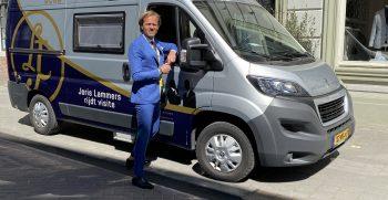Joris Lammers voor bus van Camperpunt van Herpen